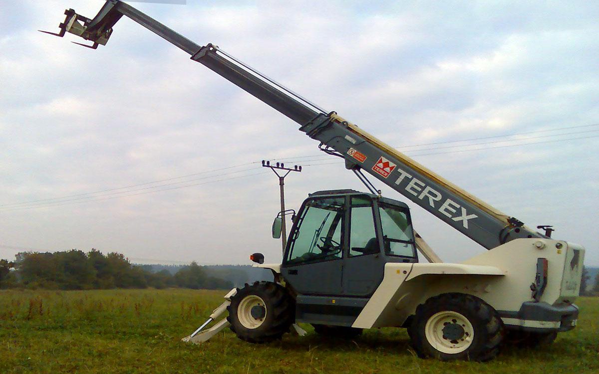 телескопический погрузчик Terex с выдвинутой стрелой