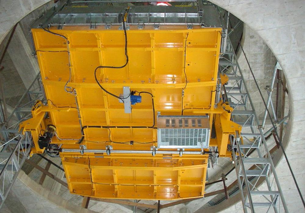 двухстоечный мачтовый подъёмник установленный внутри здания