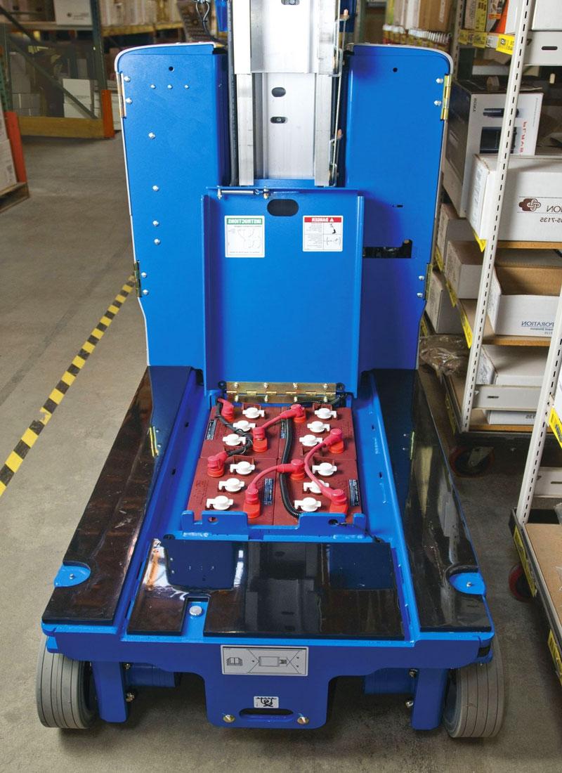 блок аккумуляторов у подъёмника мачтового типа genie