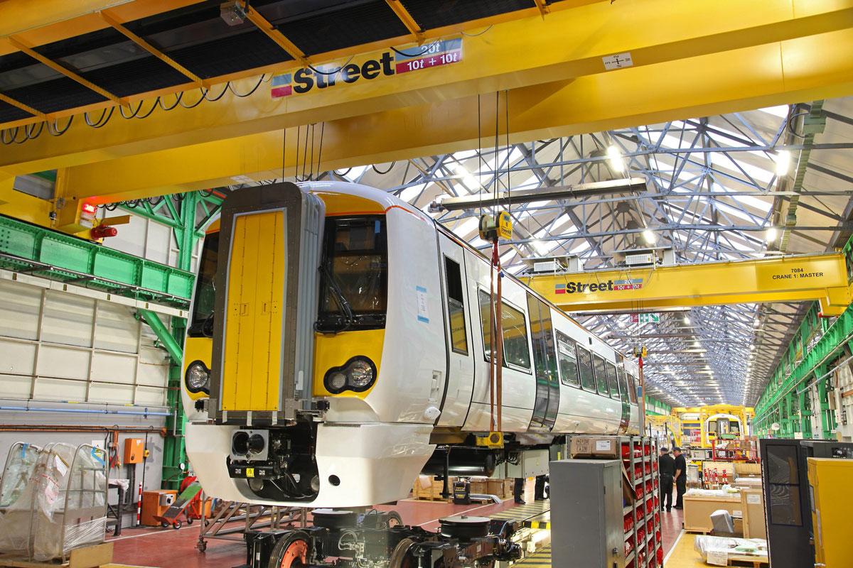 два двухбалочных опорных мостовых крана с поднятым вагоном метро