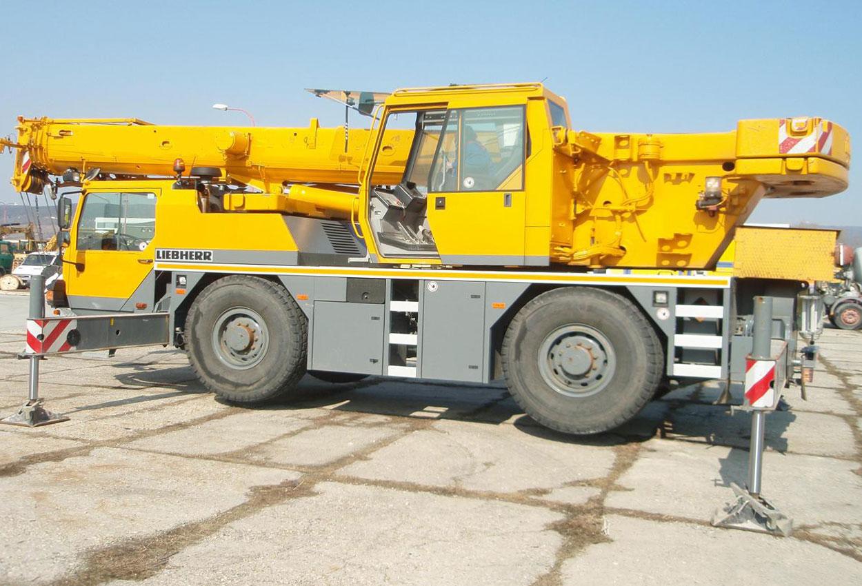 автокран Либхер 30 тонн с выпущенными опорами