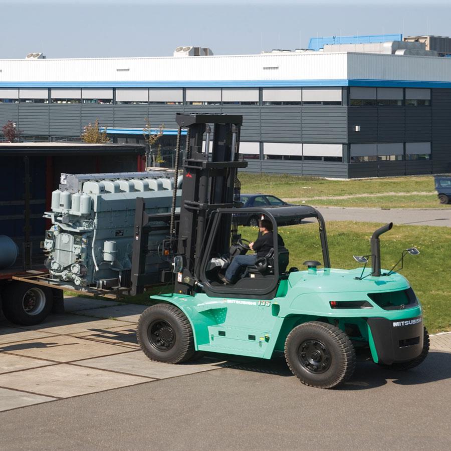Mitsubushi FD160N во время работы на открытой площадке