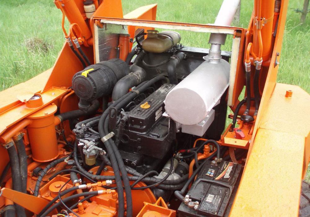 моторный отсек мини погрузчика Locust 752