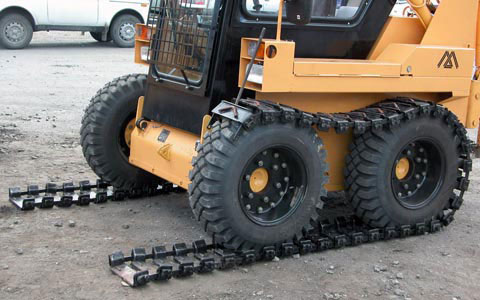 одевание гусениц на колеса мини погрузчика МКСМ 800