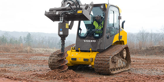мини погрузчик на гусеничном ходу Volvo MCT125C с буром