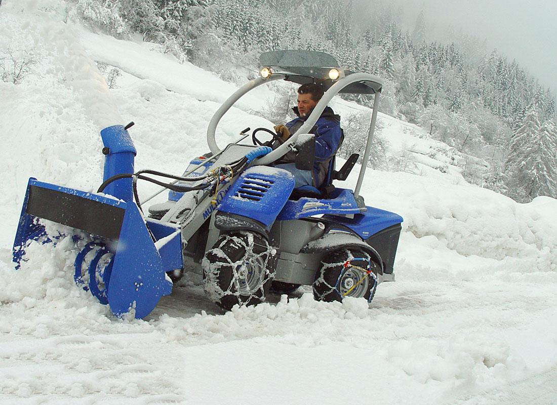 итальянский мини погрузчик Multione со снегоуборочным шнеком
