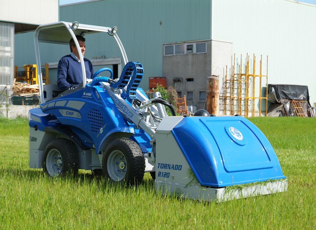 мини погрузчик Multione с насадкой для скашивания травы