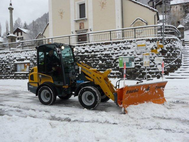 Mustang AL 506 с отвалом для снега