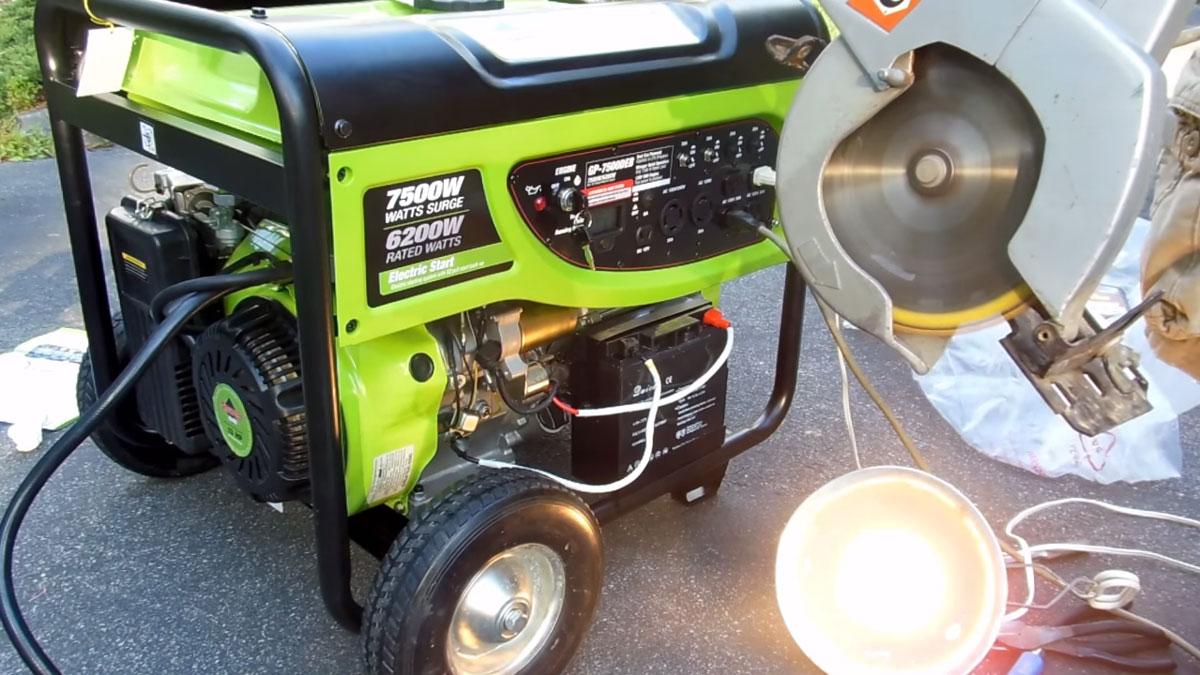 подключенные к генератору инструменты и светильник