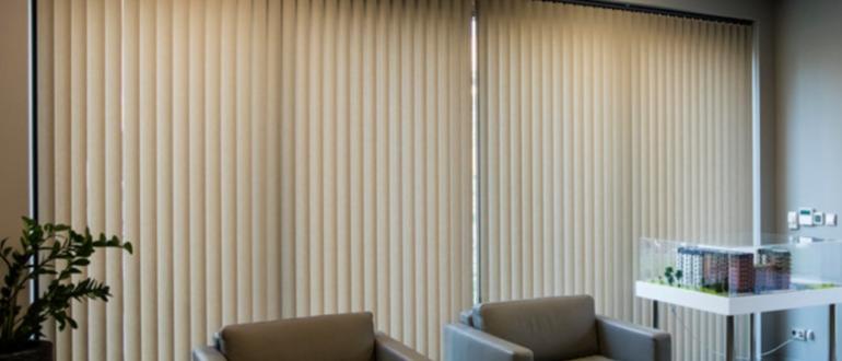 Преимущества вертикальных тканевых жалюзи и уход за ними
